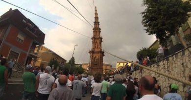 Fontanarosa: L'obelisco di 25 metri cade su un'abitazione durante il rito annuale