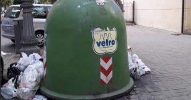 Salerno: ancora inciviltà, campane del vetro sommerse da rifiuti di ogni genere