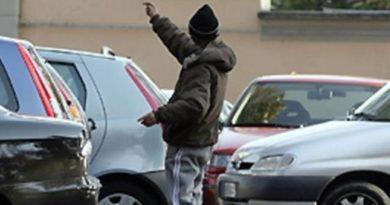 """Salerno, parcheggiatori abusivi in via Piave. La denuncia del comitato: """"un vero e proprio pizza"""""""